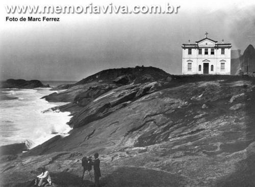 Igrejinha de Copacabana onde hoje fica o Forte de Copacabana, c.1895 - Créditos: Marc Ferrez