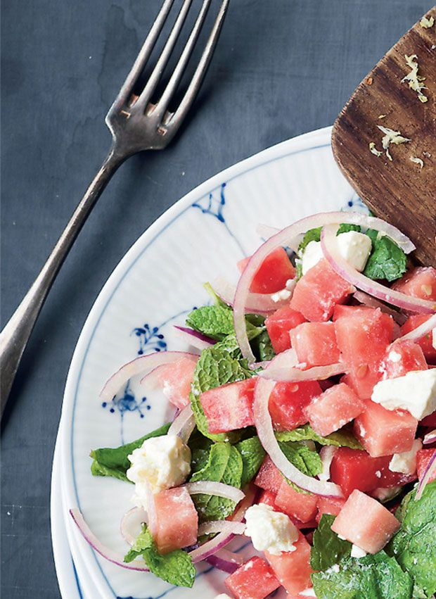 Vandmelonsalat er den perfekte makker til din grillmad. Den er super nem at lave og tager kun fem minutter.