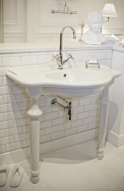 Curved Console Basin 900mm with Ceramic Legs
