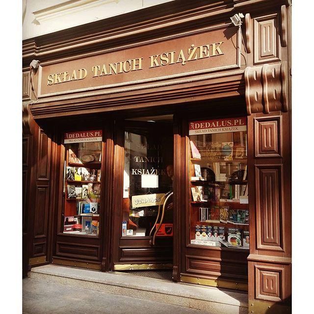 Nie mogę przejść obok obojętnie... i dwie kolejne książki kupione 😊😊❤📚 (na swoje usprawiedliwienie: to skład NAPRAWDĘ TANICH książek) #books #książka #ksiegarnia #krakow #ilovereading