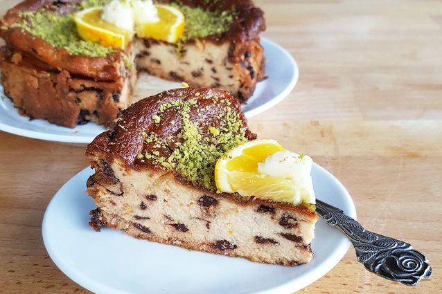 Una versione di torta alla ricotta che profuma di Sicilia e di ricordi di casa. Servono pochissimi ingredienti, è di una facilità estrema e si scioglie in bocca ad ogni morso.