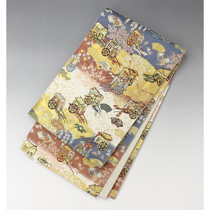 袋帯 御所車に四季の花柄【送料無料】 【中古】【仕立て上がりリサイクル帯・リサイクル着物・リサイクルきもの・アンティーク着物・中古着物】【楽天市場】【 六通柄 】 <柄> 青、白、灰桃の地に金箔使いの地紙が配されています。 きれいな細かい織で様々な御所車と四季の花々がとても綺麗です。  <シチュエーション> フォーマルな装い幅広くお使い頂ける豪華な帯です。 訪問着、付下げ、色無地など豪華に落ち着いた雰囲気でお召し頂けます。   <風合> 薄い帯芯の入った柔らかく薄手の帯です。 しっかりとした生地感で少し重厚感があり、高級感があります。  <状態>  少々使用感があります。 手先の折り目あと、着用ジワがついています。 ゆるいシワ感がありますが、特に汚れは見られませんのでお気軽にご使用いただけると思います。