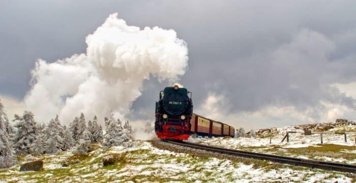 In dieser Bahn wirst Du wahrscheinlich mehr Muggel als Zauberer treffen. Denn das ist die Brocken-Bahn im Harz, die gerade auf den höchsten Berg Norddeutschlands fährt.