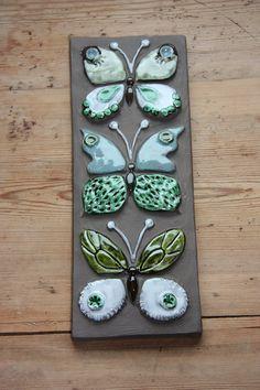 Este es un encantador flores / mariposas placa de pared en buen estado.    La medida es 11 1/2 pulgadas de alto y 4 1/2 pulgada de ancho    Está en
