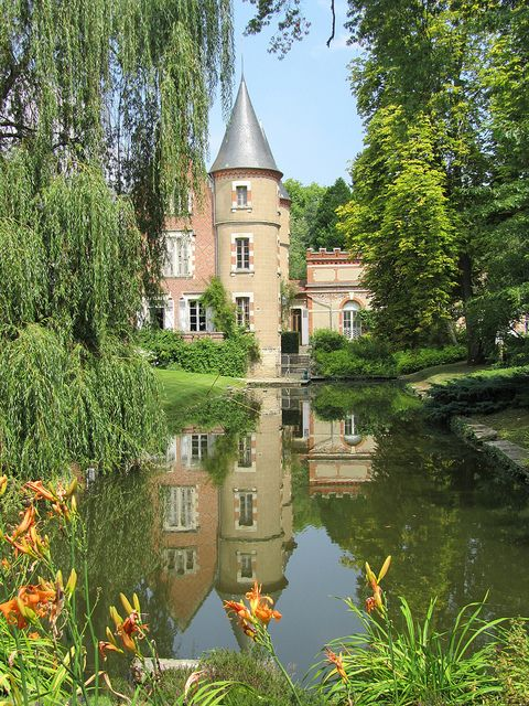 at this french chateau actually it 39 s the landscaping i. Black Bedroom Furniture Sets. Home Design Ideas