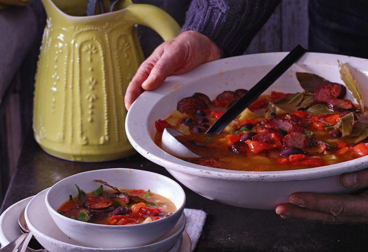 Paprika-Wurstsuppe mit Oliven und Lorbeer