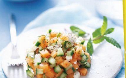 """750g vous propose la recette """"Tartare de melon charentais jaune, féta, concombre et menthe"""" publiée par cvince."""