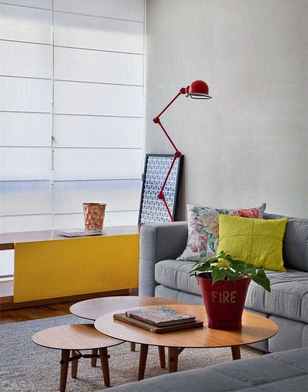O sofá em L foi feito sob medida pela SOFÁ SOB MEDIDA  http://www.kappah.com.br. Duas cadeiras baixas LCW, de Charles Eames, completam os assentos da sala.Kappah