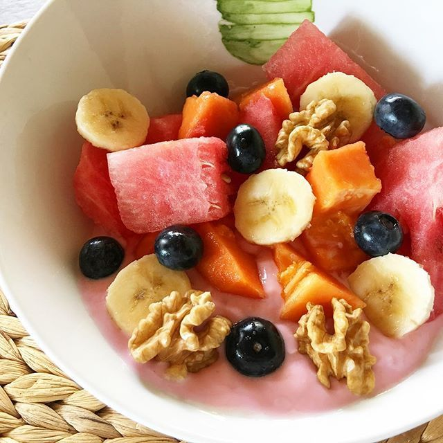 Mmm como me gusta la fruta y ahora que hay sandía más 😄❤️ Arrancando con un bowl repleto de color ✨Yogurt descremado de frutilla + Nueces + Banana + Sandía + Arándanos + Mamon ✨🍌🍉🍇🍓🍊🍍🍌🍏🍉🍐