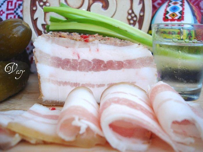 Пряное сало Необходимые продукты:   сало 2 кг  чеснок 1-2 гол  перец чили 2 шт  специи для сала по вкусу :  перец разных цветов  кориандр (семена)  гвоздика  розмарин  тимьян  для пряного рассола  соль 1 стакан на 2 литра воды  любые специи на вкус:  звездочки бадьяна  гвоздика  лавровый лист  перец