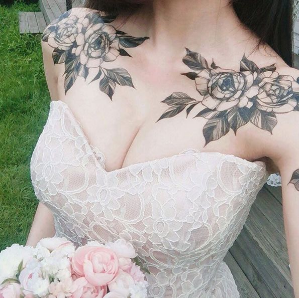 Floral collarbone tattoos by Zihwa Tattooer