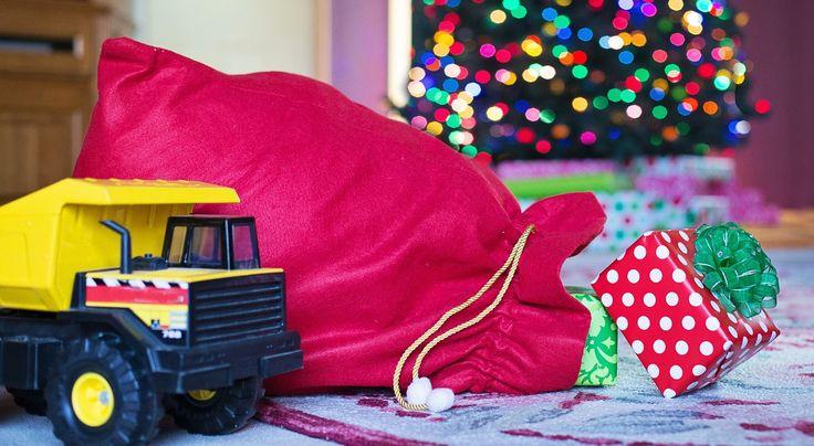 Z internetowego badania Deloitte wynika, że na zakupy świąteczne, tj. prezenty, jedzenie, zamierzamy wydać 1282 zł, czyli o 11% więcej niż rok temu. Najwięcej zrobi zakupy w dyskontach bo aż 60%, a 11% badanych zakupy zrobi przez internet. Najpopularniejszym prezentem jest książka oraz gotówka i kosmetyki.