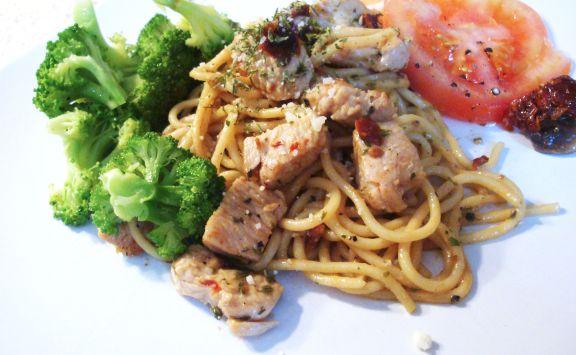 Spaghetti au poulet, ail rôti et tomates séchées au soleil