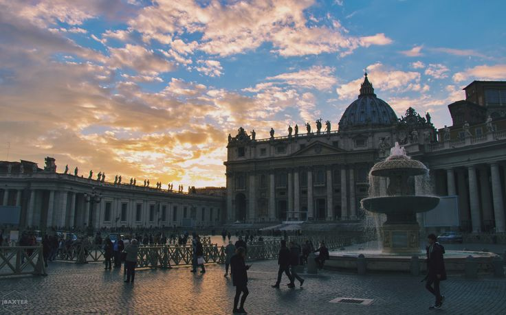 A sunset over St Peter's Basilica in Rome, Italy 🇮🇹