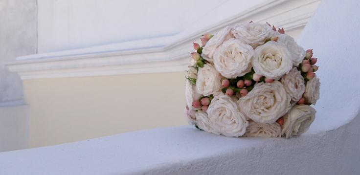 Rêve - Luxury bridesmaid's bouquet with Vendela Rose, Tros Bombastic Rose and Hypericum light pink.  See also bridal bouquet.    Wedding venue: Dana Villas, Firostefani