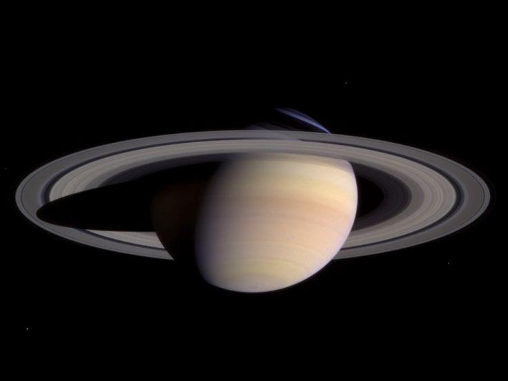 1º luglio 2004: dopo un viaggio di 3 miliardi e mezzo di chilometri durato 7 anni la sonda Cassini entra nell'orbita di Saturno. Da allora, Cassini non smette di stupirci con foto e scoperte. Cronistoria di una missione di successo. Com'è fatta la sonda - Tutti gli aggiornamenti sulle scoperte di Cassini - Le 8 meraviglie del Sistema Solare