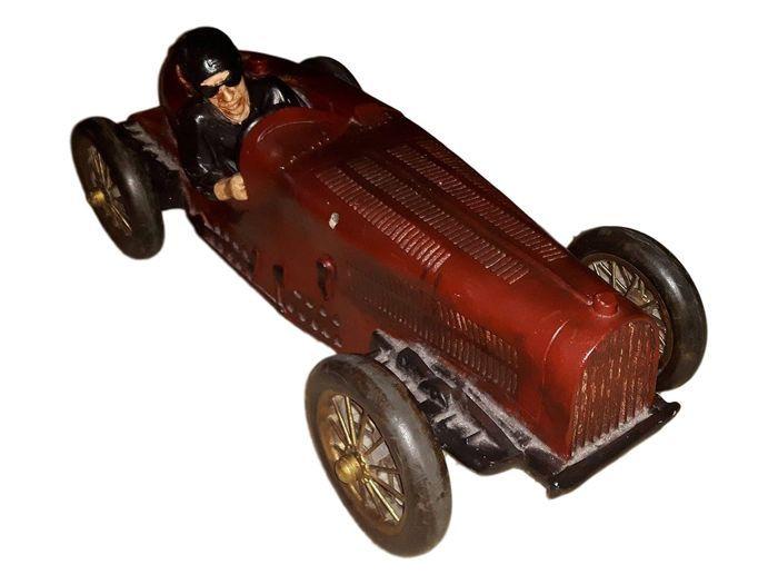 Klassieke XXL raceauto bugatti.  Prachtige zware race wagen naar een vroeg model uit vorige eeuw.Auto en chauffeur roepen de sfeer van de 20-er jaren op waarin Bugatti talloze Grand Prix won.Een sfeerbrenger in uw huis of winkelIs van een kunststof gemaaktGewicht: 5600 kgLengte 73 cm cm breedte 28 cm hoogte 26 cmAlle wielen draaien hebben echte rubberen banden. Wielophanging is van metaal .Mogelijk ophalen in Reeuwijk bij Gouda. Verzending binnen Benelux via mijn bedrijf professioneel…