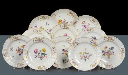 Cambi Casa d'Aste - Insieme di ventiquattro piatti di misure diverse in porcellana di Meissen, 1760 circa