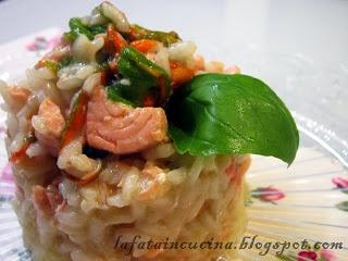 Un risotto con fiori di zucca, salmone e basilico fresco per dedicarsi un momento di relax gustativo