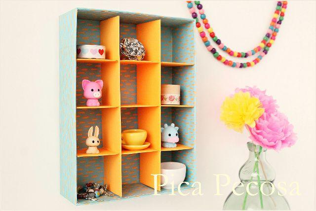 Mini estanteria hecha reciclando una caja de carton con separadores / Mini shelf made recycling a cardboard box with dividers