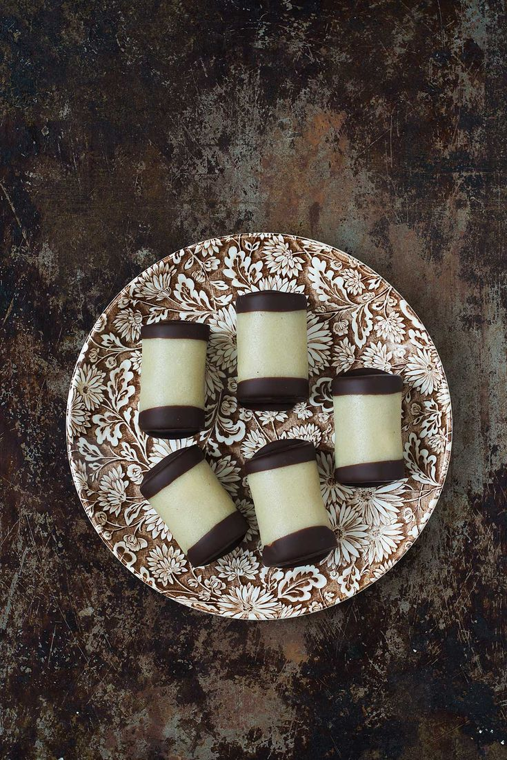 Hjemmebagte træstammer smager fantastisk, og er en god måde at få brugt kagerester. Den her opskrift viser skridt for skridt, hvordan du bager træstammer.