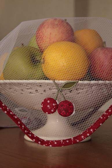 Cobre lanche/alimento/fruteira em filó, com aplicação bordada <br>Dimensão: 75 x 75 cm <br>Composição: 100% Poliamida