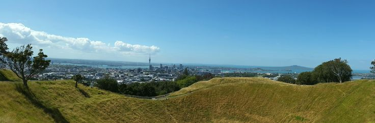 Panoramic view from the top of Mount Eden, Auckland, New Zealand (by LaNich)
