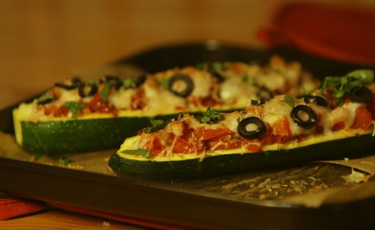 courgettepizzabootjes (zucchini - tomatoes - black olives)