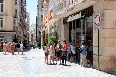 Los comerciantes y el ayuntamiento de Cartagena debaten cómo deben ser los rótulos del casco antiguo