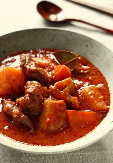 牛すじ肉と根菜のトマトシチュー