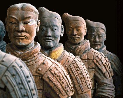 Soldados do exército de terracota de Xian, alinhados em fila. --- http://www.suntzulives.com/ https://www.facebook.com/suntzuproject/