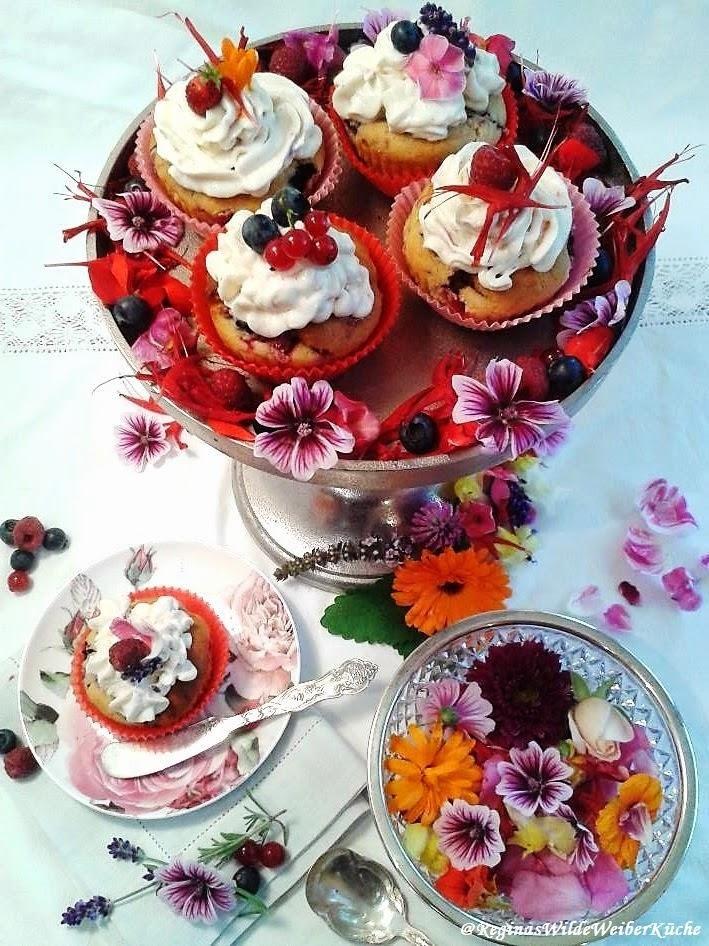 Süßer, bunter Naschgenuss aus dem Garten - Beeren Cupecakes mit Frischkäse-Sommerblüten-Topping