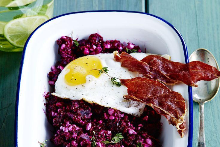 Här har vi en färgstark gröt med quinoa, stekt ägg och knaperstekt parmaskinka. Ät den som lunch eller kvällsmat.