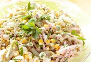 Sałatka z szynką i cebulkami / Ham and Marinated Onion Salad szynka, ogórki, kukurydza, marynowane cebulki i pieczarki