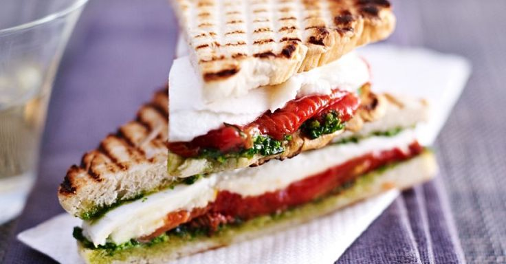 Tomaten-Mozzarella-Sandwiches für alle Brotliebhaber. Yum!