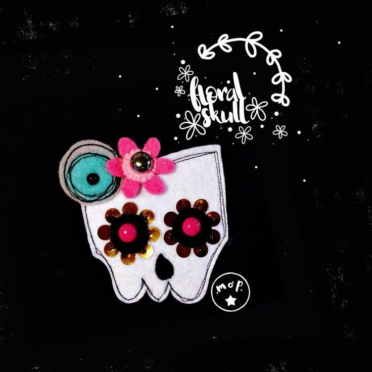 Floral Skull brooch. Spilla Teschio floreale in feltro . : Spille di mopidea