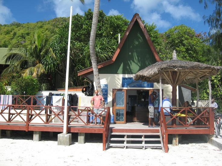Centro de buceo White Tip Divers en  Praslin, Seychelles. Los fondos marinos de las Seychelles rebosan de una multitud de especies, un `paraiso para los amantes del buceo.   Alquiler de coches en el aeropuerto de Mahé: http://www.reservasdecoches.com/es/alquiler-de-coches/Mahe-Island_Seychelles-Airport.html