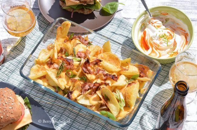 Ideaal voor Netflix avond of bij de BBQ: Potato Dipperz! Gebakken aardappels met kaas en bacon uit de oven!