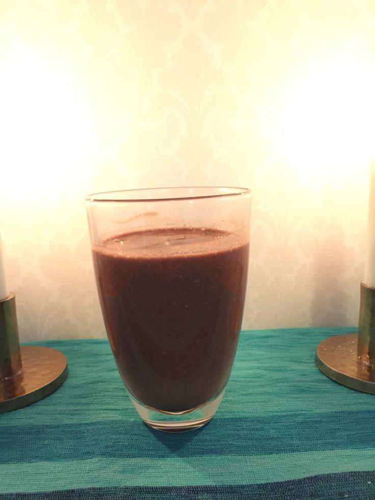 Frusen banan, frusen mango, kakao, honung, en skvätt kaffe, hasselnötter och havremjölk. Mixa och njut av en mer hälsosam choklad frappé!