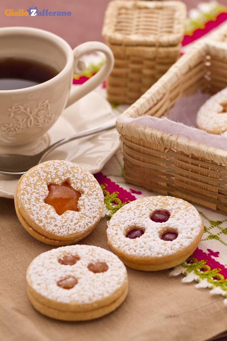 I biscotti tirolesi con confettura di fragole (jam cookies) sono degli squisiti dolcetti a cui è impossibile resistere! #Natale #Christmas #ricetta #GialloZafferano http://speciali.giallozafferano.it/natale