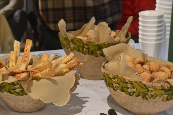 Biscoitos servidos em tigelas de papel machê criadas pela Artista Plástica Jussara Chiapetta de Bem.