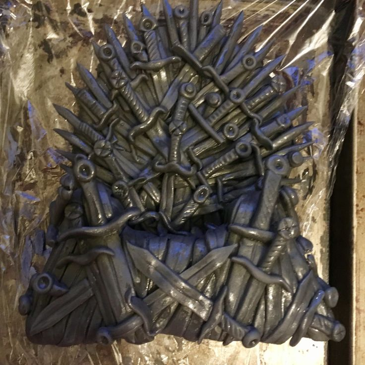 How To Make An Edible Iron Throne Cake Topper (With images ...