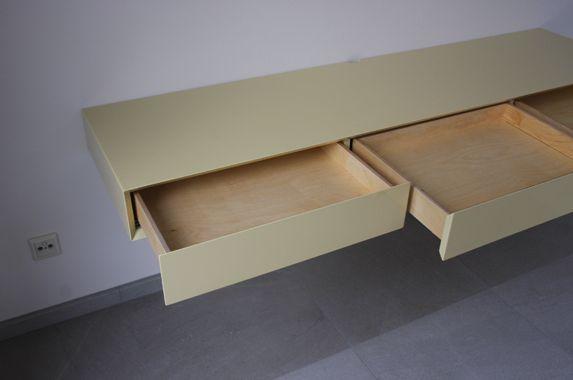 Dit bureau cq wandkast kan dienen als bureaublad. Van binnenuit wordt de kast aan de muur verankerd. Een stevige muur is wel vereist. Het bureau wordt in elke afmeting op maat gemaakt en in elke gewenste kleur zijdeglans of hoogglans gespoten. De corpus van het bureau wordt volledig verlijmd en daardoor zijn er geen montage naden tussen bovenkant/onderkant en zijkanten zichtbaar. Ook leverbaar in diverse houtfineer soorten. De lades van het meubel zijn voorzien van onzichtbare Blum bodem ...