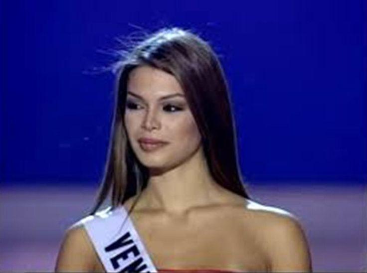 Mariangel Ruíz Miss Venezuela 2002 en Panamá el el Top 5 del Miss Universe 2003 en su Presentación del Traje de Gala