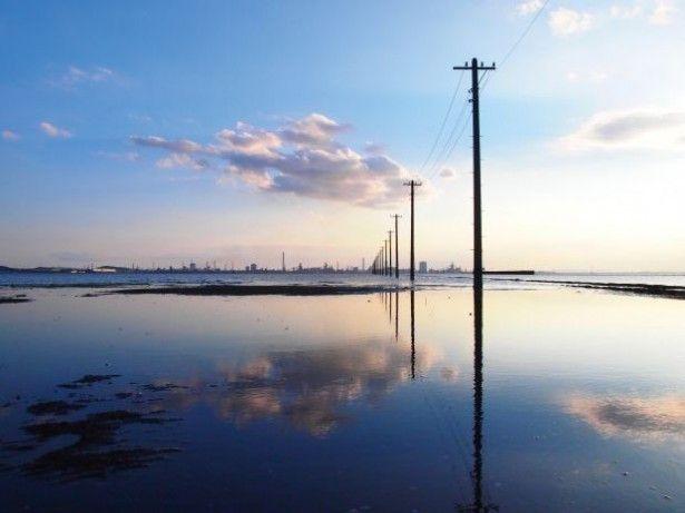 """東京近郊で""""日帰り絶景ハイキング""""を楽しみたい!そんな人にイチオシなのが、神秘的な景色がまるで南米ボリビアの秘境「ウユニ塩湖」のようだと、数年前からインターネットで話題を呼んでいる千葉県木更津市の""""秘境""""江川海岸だ。江川海岸は、東京からも日..."""