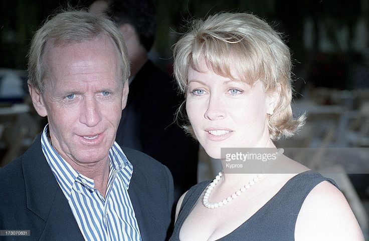 Actor <a gi-track='captionPersonalityLinkClicked' href=/galleries/search?phrase=Paul+Hogan&family=editorial&specificpeople=208676 ng-click='$event.stopPropagation()'>Paul Hogan</a> with his wife, actress <a gi-track='captionPersonalityLinkClicked' href=/galleries/search?phrase=Linda+Kozlowski&family=editorial&specificpeople=213771 ng-click='$event.stopPropagation()'>Linda Kozlowski</a>, circa 1990.