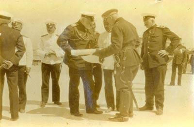 Ivan Konstantinovitch Grigorivitch, minsitre de la Marine, en train d'étudier des cartes avec des officiers de l'État Major. On aperçoit notamment l'aviateur Efimoff en uniforme blanc à gauche.
