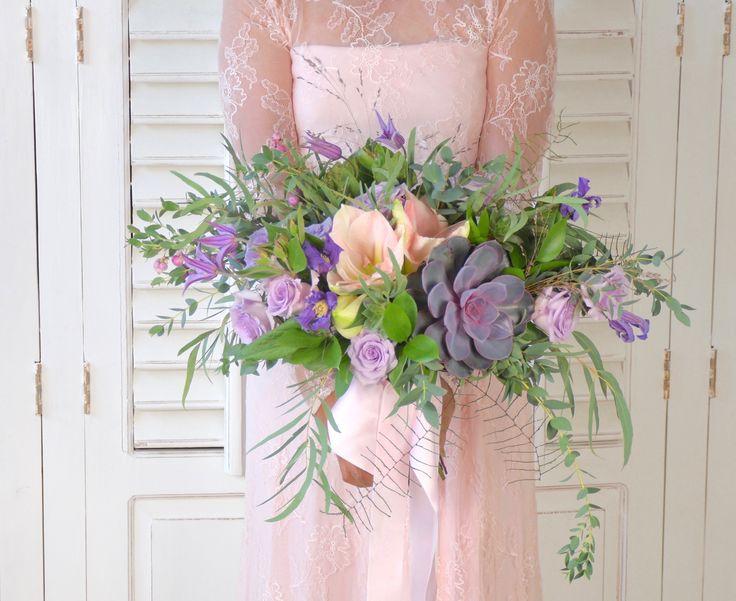 Romantic Bohemian Wedding Bouquet. Bruidsboeket met Echeveria, Hippeastrum, Rosa, Clematis, Symphoricarpos, Ruscus en Eucalyptus, door Natys Floral Design & Services