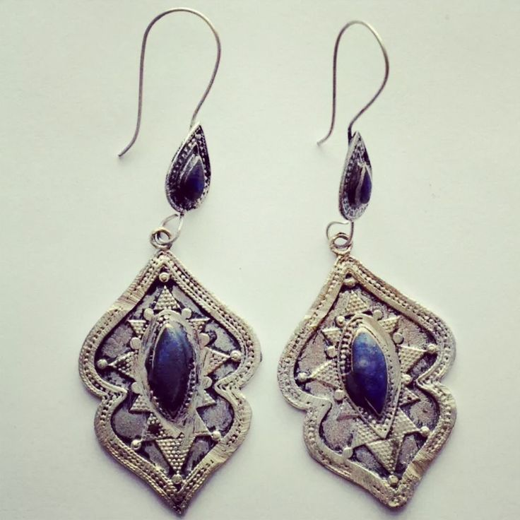 These gorgeous earrings from Afghanistan feature lovely blue lapis stones and are apx. 6cm long. They are an antique silver, almost gold tone. A real treasure find!Free postage within Australia.