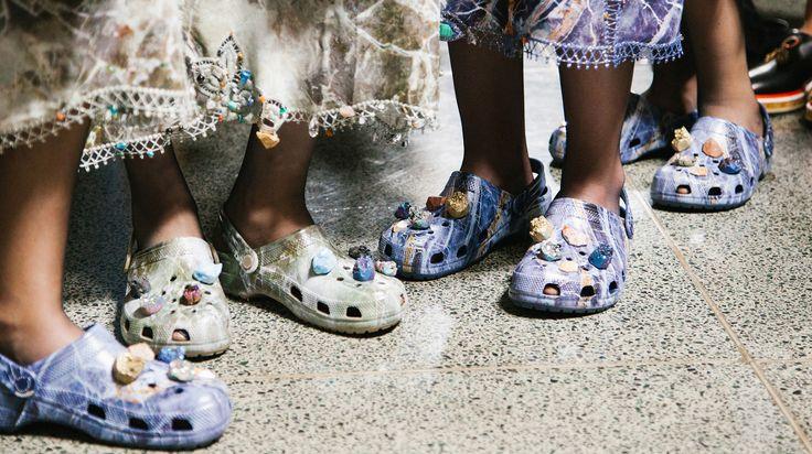 Ja mensen, de lelijke rubberen klompen slash slippers genaamd Crocs zijn weer hip and happening, mede dankzij Christopher Kane.